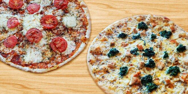 Dvě pizzy vytažené z klasické pece na dřevo