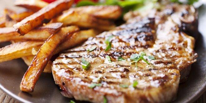 Steak provoněný bylinkami s přílohou a nápojem