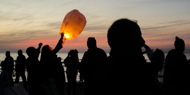 Šest létajících lampionionů štěstí v různých barvách