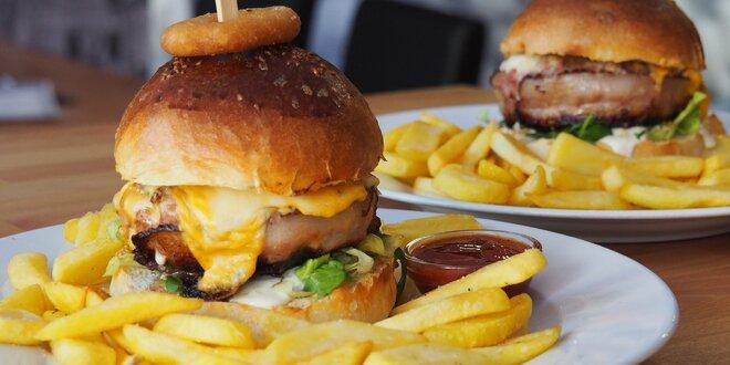 To je jízda: naditý burger s hranolky a omáčkou