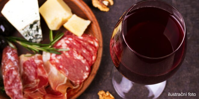 Tác italských delikates a sklenka dobrého vína