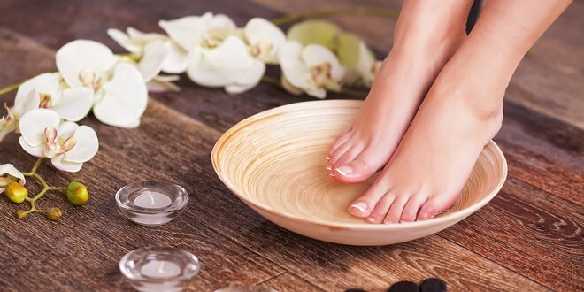 Mokrá SPA pedikúra s masáží nohou a lakováním