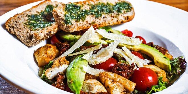 Letní salát z těch nejlepších surovin s bagetou