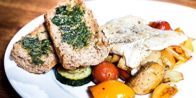 Grilovaná vysoká treska, zelenina a bagetka