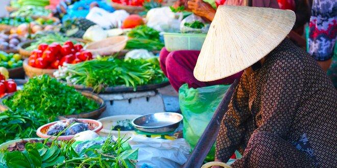 Stůl plný tradičních vietnamských dobrot