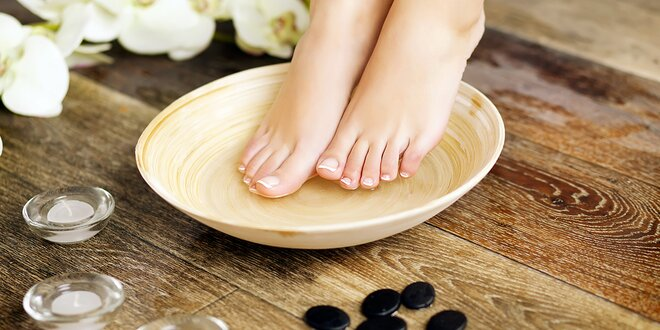 Kompletní mokrá pedikúra s masáží nohou