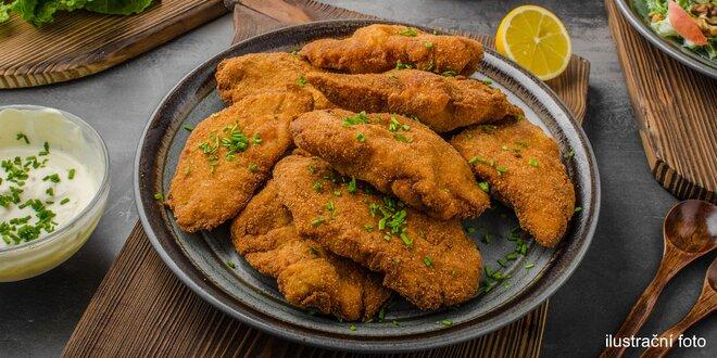 Tác vepřových a kuřecích řízků s pečivem