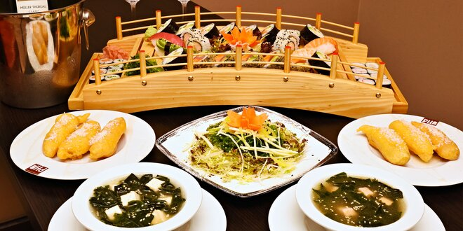 Sushi menu s láhví vína ve stylové restauraci