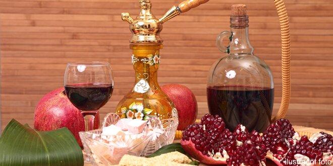 Vodní dýmka a dvě sklenky vína nebo čaj