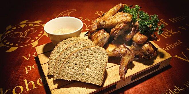 Hromada čerstvě upečených BBQ kuřecích křidélek