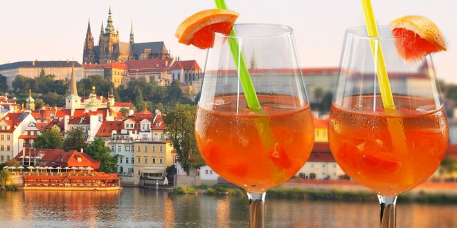 Romantická chvilka u sklenice vína v podhradí