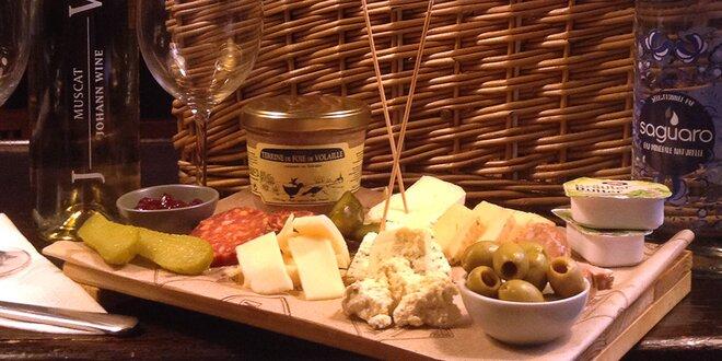 Piknikový koš s vínem a vybranými pochutinami