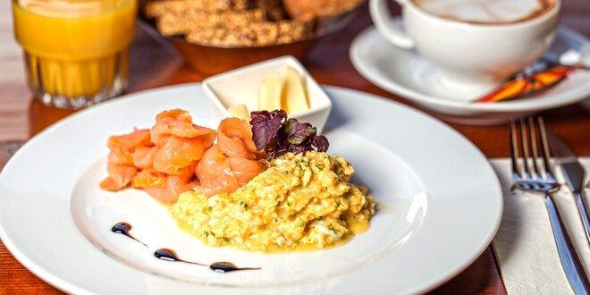 Vydatná snídaně s nápojem v havajském klubu