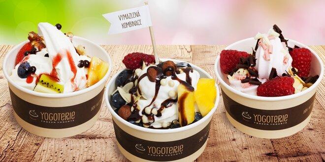 Frozen yogurt s ovocem a posypy podle fantazie