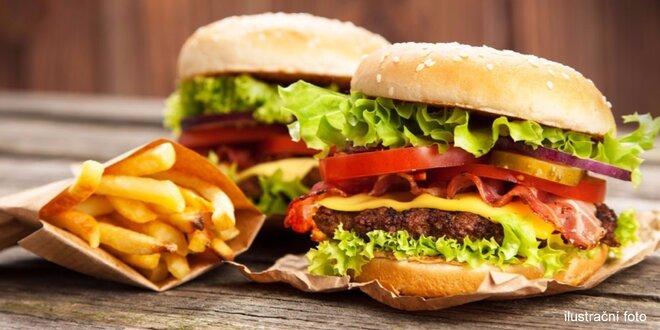 Dva hovězí burgery s hranolky a omáčkami