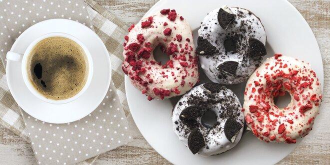 Nápoj s donutem či bagelem v originální kavárně