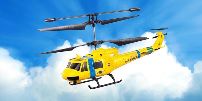 Helikoptéra na dálkové ovládání a dva vojáci