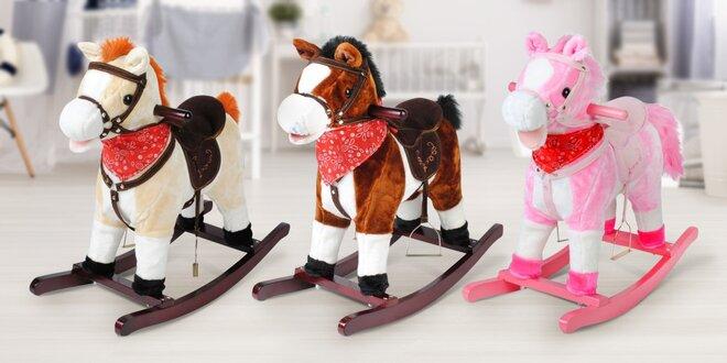 Houpací kůň, který řehtá, cválá a hýbe ocasem
