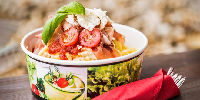 Domácí špagety připravené v bochníku parmezánu