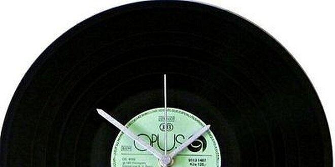 Originální nástěnné hodiny z vinylové desky v hodnotě 399 Kč
