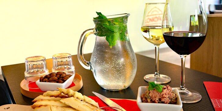 Zajděte si posedět s přáteli: bílé nebo červené víno, uzené mandle i paštika s brusinkami