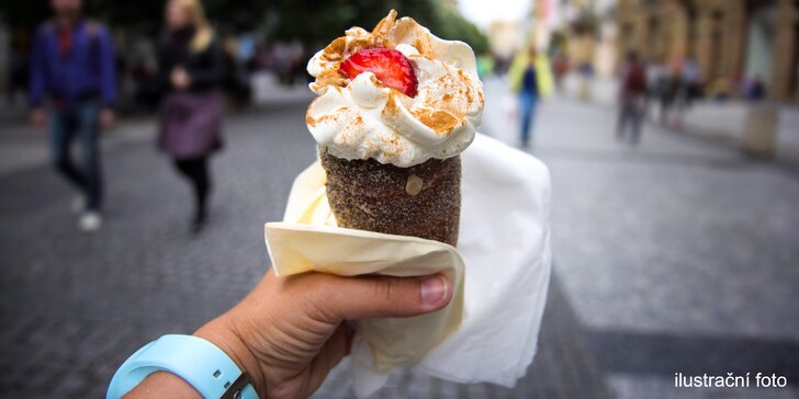 Nápoj a trdelník s čokoládou nebo se zmrzlinou pod Pražským hradem
