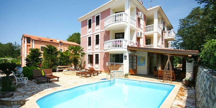 Dovolená na Istrii až pro 5 osob: pokoj či apartmán, bazén a 350 m na pláž
