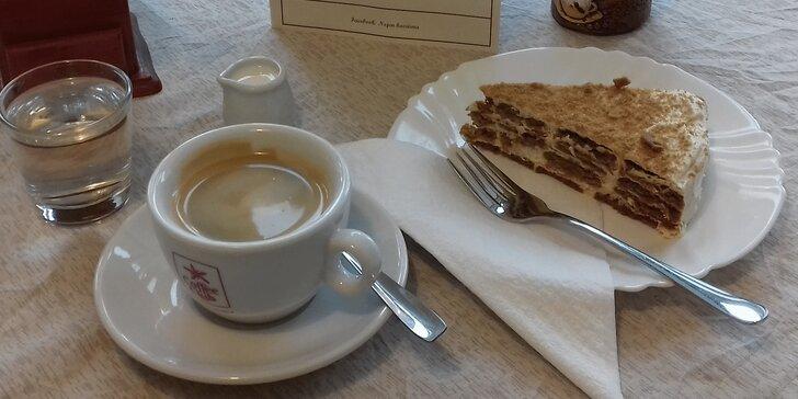 Pohoda v liberecké kavárně: Domácí falešný medovník a káva dle výběru