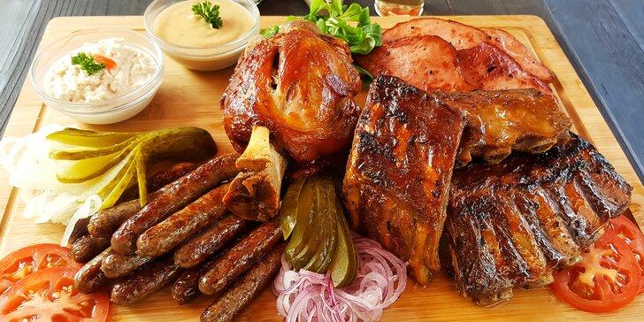2 kg masa na prkně: koleno, žebra, sekaná i klobásky až pro 8 osob i s hodinou bowlingu