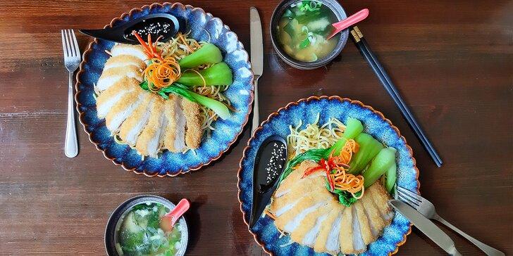 Dvouchodové japonské menu pro dva: miso polévka s tofu a ramen nudle s kuřecím masem