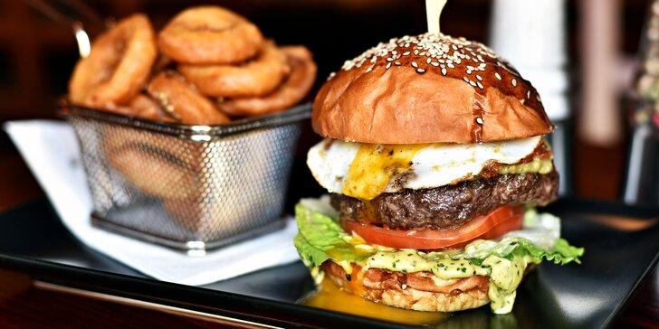 Burger podle výběru s domácími hranolky nebo cibulovými kroužky pro 1 či 2