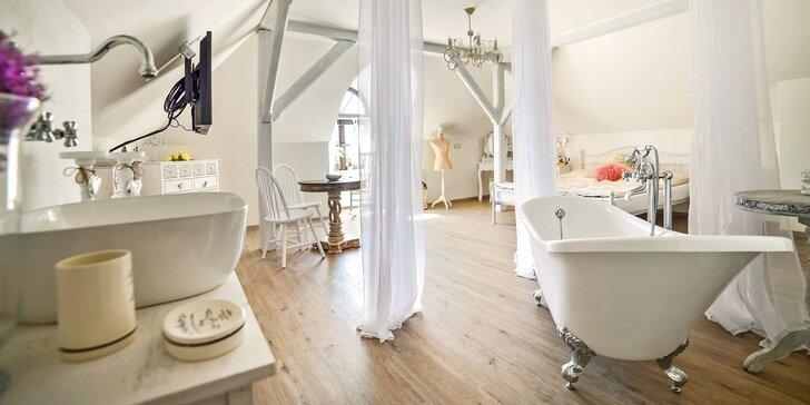 Užijte si romantický pobyt v Resortu Mlýn Černovice. Zabydlíte se v luxusním dvoulůžkovém pokoji nebo jednom ze dvou apartmánů, třeba tomto svatebním.