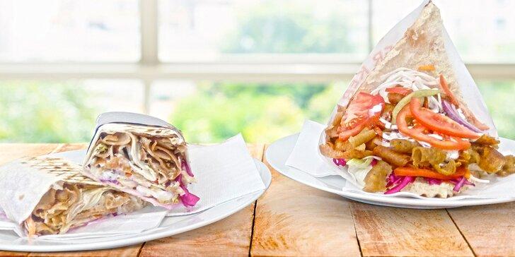 Tradiční kebab v domácím chlebu nebo tortille včetně nápoje