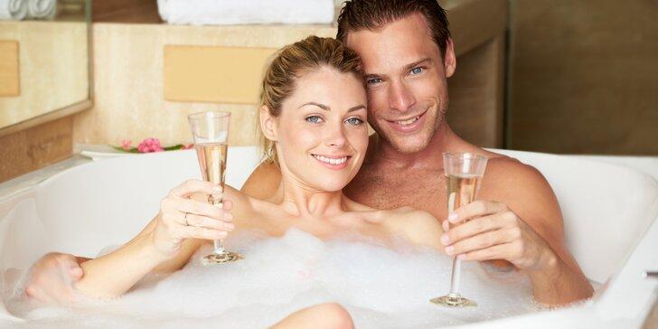 Dopolední romantika v bublinkách: privátní wellness, svíčky, plátky růží i sekt