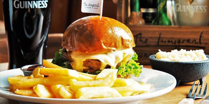 Burger s grilovaným hovězím, domácí hranolky, coleslaw a dip pro 2 osoby