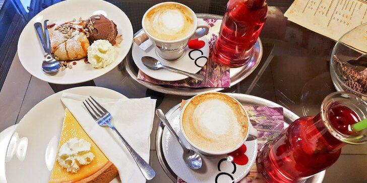 Italská káva Cosmai, jablečný koláč nebo cheesecake a limonáda s ovocem