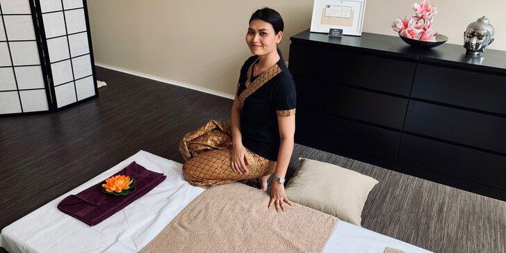 """Tradiční thajská masáž neboli """"jóga pro líné"""" s bylinným čajem: 60-120 minut"""