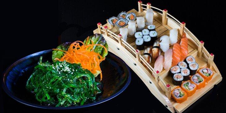 Lahodný sushi set s wakame salátem: losos, úhoř, hřebenatka i pikantní tuňák