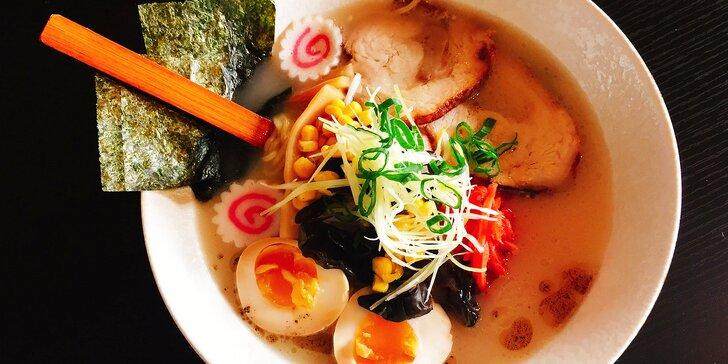 Japonská polévka Tonkotsu ramen s vepřovým masem a nudlemi v Ramen Baru na Vinohradech