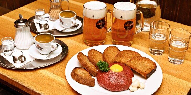300 nebo 500 g hovězího tataráku z býčka, vydatná porce topinek i pivo