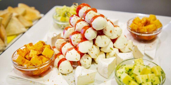 Skvělá zábava a občerstvení až pro 8 osob: bowling a mix naložených sýrů