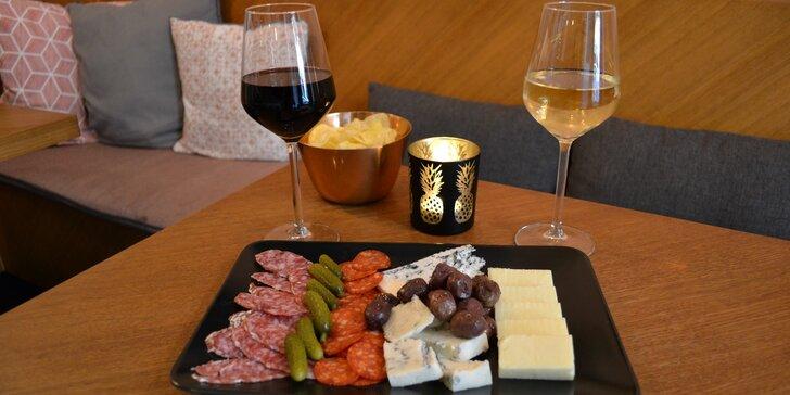 Posezení v Ráno kávu večer víno: 2 sklenky vína podle výběru a talíř delikates