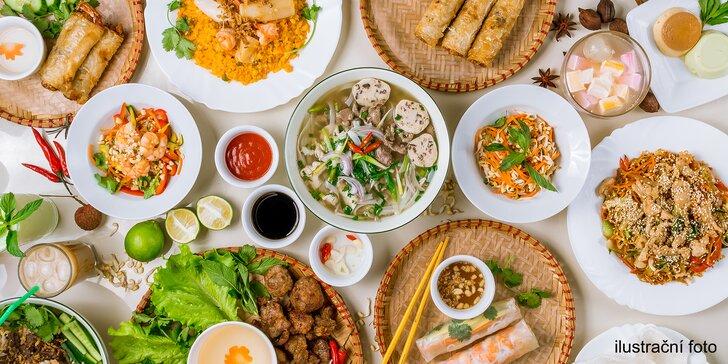 Vychutnejte si vietnamský obědový bufet: talíř plný specialit a polévka pro 1 osobu