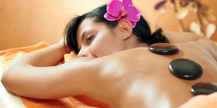 Relaxační masáž lávovými kameny v délce 60 nebo 90 minut