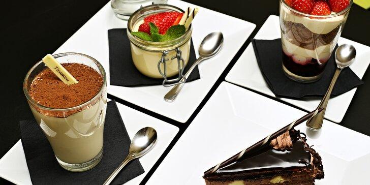 Sladké potěšení: nápoj a dezert v kavárně na Staroměstském náměstí
