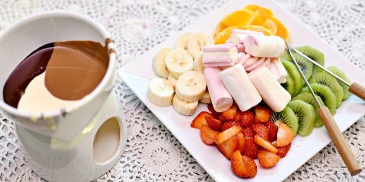 Sladká svačinka: čokoládové fondue s ovocem a marshmallow pro 2 osoby