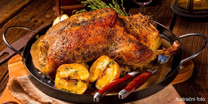 Celá pečená kachna s houskovým knedlíkem a zelím v Husím výčepu