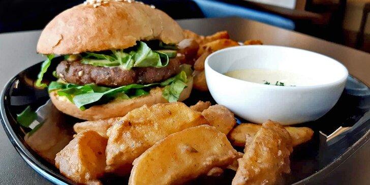 Indický vegetariánský nebo kuřecí burger a hranolky pro 1 i 2 osoby