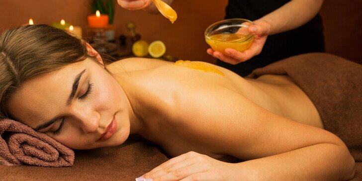 Reflexní masáž chodidel i šíje doplněná masáží zad medem lesních včel.
