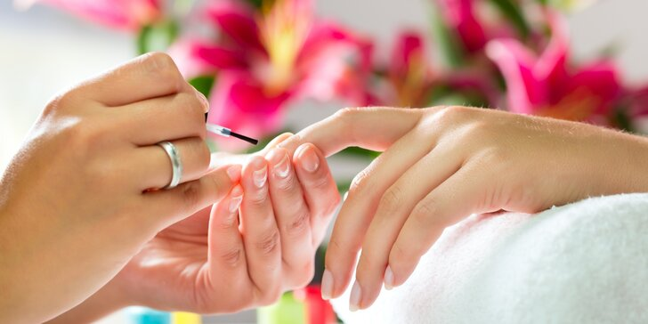 Manikúra či pedikúra včetně lakování Shellacem nebo prodloužení řas